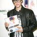 Justin Bieber már könyvet is írt. Ezt íróhoz méltóan szemüvegben dedikálta: tudják, mindenki, aki