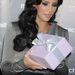 Kim Kardashian a nyereményt rejtő dobozzal