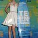Taylor Swift egyik díjával az ötből.