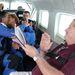Phil és Gail Mathis a repülőn csókolóznak még egyet