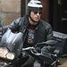 Justin Theroux motorozik, a napszemüveg elmaradhatatlan, a bukósisak furcsa