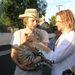 Bradley Cooper 2011 júniusában rasztaparókában - a tigriskölyök itt Dax Shepard kezében van