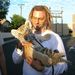 Bradley Cooper 2011 júniusában rasztaparókában egy tigriskölyköt ölelget