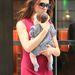 Egy fekete-fehér apró kockás ruha és egy szürke zokni, ilyen egyszerű is lehet a jólöltözöttség, szeptember elején így flangált New Yorkban anya és lánya.