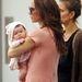 Victoria Marc Jacobs-hoz vitte kislányát, az alkalomra egy saját tervezésű barackszínű ruhát vett fel, illetve a hozzá színben és formában is passzoló csecsemőt.