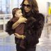 Csokibarna harmónia! A New York-i reptéren bundás anyukája társaságában kapták lencsevégre a csupa barnába öltöztetett Harper-t.
