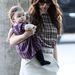 November végén anya és lánya szépen passzoló bíbor és fekete árnyalatú outfitben, lazán zsebre dugott kézzel a Los Angeles-i repülőtéren.