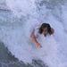 Chris Hemsworth egy hullámmal jön kifelé a tengerből