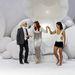 2011. október - Florence Welch élőben énekelt a Chanel divatbemutatóján, éppen Karl Lagerfeld segíti le a díszletről