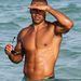 Shemar Moore Miamiben a strandon kémlel