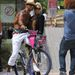 Shemar Moore Miamiben a strandon biciklivel pózol egyéniben