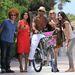 Shemar Moore Miamiben a strandon biciklivel pózol csoportosan