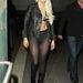Gaga büszkén vonul, de elfelejtett nadrágot venni.