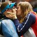 1. Az amerikai Matthew Emmonsnak éppen cseh felesége, Katerina Emmons gratulál. Mindketten sportlövők, az athéni olimpián ismerkedtek meg.