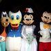 Julie és Jason Webb Flint Minnie és Mickey egérnek öltözve jönnek ki a templomból a 20. házassági évfordulójuk alkalmából rendezett ceremóniáról. Mellettük a tanúk Goofy, illetve Donald kacsa jelmezében