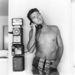 Így pózolt Clint Eastwood 1956-ban egy telefonnal