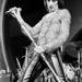 Rod Stewart 1973-ban egy férfias pózban és kevésbé férfias szerelésben