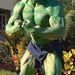 Ő Dwayne Johnson, más néven The Rock. Ő ugyan nem volt ott az utcabálon, de mivel színész, szintén Hollywoodhoz tartozik, ráadásul be is öltözött Hulknak, úgyhogy bónusznak idetettük a Twitteren megosztott fotóját