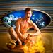 Mr. augusztus - Ehren Khoo Steel égő Rum-puncsot kever