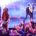 Adam Levine gitározik a színpadon, Blake Shelton énekel