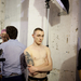 John Lawrence Sullivan férfidivat-tervező egyik modellje várakozó állásponton a júniusi párizsi férfidivathéten