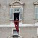 A végül csak nadrágot viselő nők toplessben tüntettek, miközben XVI. Benedek pápa az Úrangyala-imádságot mondta dolgozószobájának a Szent Péter térre néző ablakából.