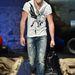 Egy modell bemutatja a divatot Milánóban
