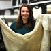 Wendy Murray azért örül, mert bár csak egy kis skót textilvállalkozást vezet, amely filmekhez biztosít kellékeket, mégis Oscar-jelölést kaptak, hiszen többek közt remek függönyöket szállítottak a Lincoln című filmhez. A kezében látható minta százéves. Egyébként dolgoztak már a Downton Abbey, a Broadwalk Empire és az Alkonyat stábjának is.
