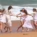 Így mégiscsak üdítőbb a pajkos lánykákkal táncolni!