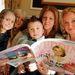 Sam Young a koszorúslányokkal és egyéb családtagokkal