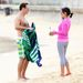 Julian McMahon és barátnője, Kelly Paniagua Syndey egyik strandján