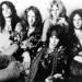 A teljes Aerosmith 1974-ben. Steven Tyler középen keresztben fekszik