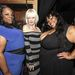 A világ első duci night clubját megnyitó nő panaszkodik.