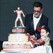 Az egyik rajongójával vágta fel a tortát Szöulban.