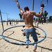 Jeffrey Nash hulahoppozva közlekedik oda-vissza a gyűrűkön