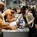 Testépítők autogrammokat osztogatnak a kölni fitnesszvásáron