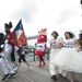 Sophie McCorry-Day és Toby McCorry a menyasszonyi ruhás maratonfutásra készül néhány további jelmezes futóval együtt