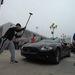 Dühös emberek autót vernek