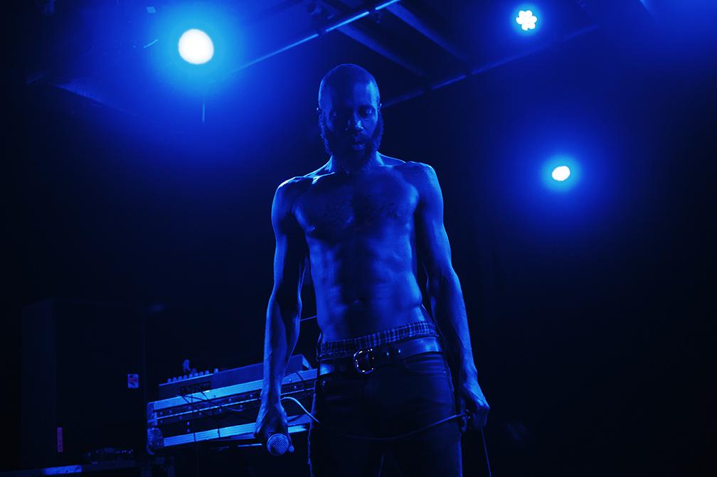 Ez pedig egy most májusi Death Grips-fellépés, szintén Nagy-Britanniából (Camberből)