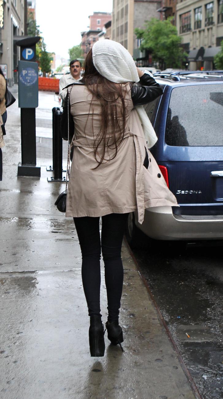 Másnap már vígan vásárolgatott New Yorkban, ezúttal barna póthajjal.