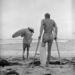 Jim Elliot szintén egy híres szörföse ennek a korszaknak, pont el van törve a lába, de sebaj, nejlonzacskókat rakott a gipszre és irány a víz