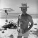 Ő Obert Rod, híres szörfös és sportember. Persze cigizik