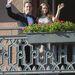 XVI. Károly Gusztáv  és Szilvia királynő az esküvői vacsora előtt integet a népnek.