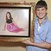 Arin Andrews saját gyerekkori fotóját tartja a kezében