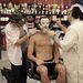Roy Wooley és Robert RJ Haddy készít maszkot a kigyúrt fiatalembernek