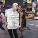 Robert Darling New York kellős közepén keresi az igazit – táblával a nyakában