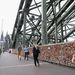 Járókelők és nézelődők a Hohenzollern-hídon