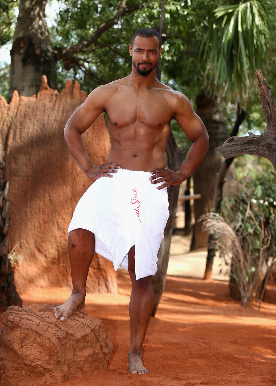 Isaiah Mustafa az állatkertben pózol