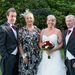 A menyasszony családja az esküvői fotósnak pózol