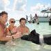 Steven Bauer, Gretchen Rossi és Slade Smiley sertéssel strandol